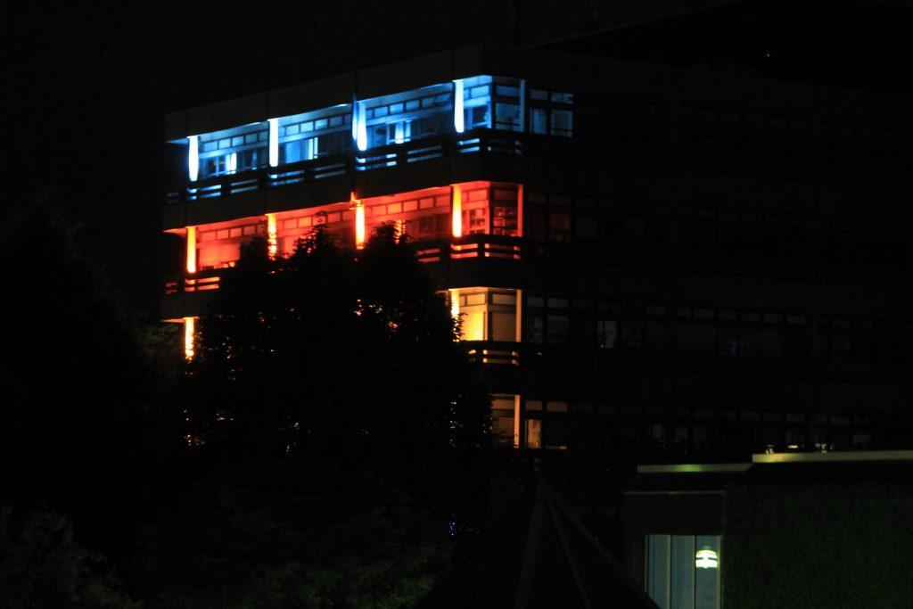 Auch wenn es entfernt nach dem CCH beim Congress aussieht, ist es doch das chemische Institut der Uni während der Night of Science 2016 :)